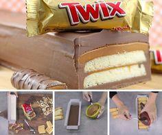 Pour faire plaisir à tous les gourmands voici la recette pour réaliser des Twix Géants sans cuisson ! Vous n'aurez besoin que de : Un moule long, Du papier sulfurisé, Des caramels mous, Du bon chocolat pâtissier, et des biscuits secs.