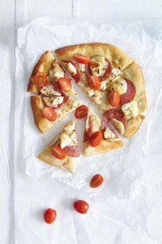Πίτσα+με+κατσικίσιο+τυρί,+ντοματίνια+και+σαλάμι