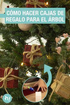 Adornos con forma de cajitas de regalo ➜ Así puedes hacer adornos #DIY para el árbol de Navidad con forma de cajitas de regalo. #Adornos #Navidad #Arbol #Regalos #DIY #Manualidades #Handfie Christmas Wreaths, Christmas Ornaments, Holiday Decor, Shape, Christmas Tree Ideas, Diy Ornaments, Christmas Jewelry, Christmas Decorations, Christmas Decor