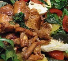 Herbst-Salat mit Pilzen - Mit der Sonne ist auch dein Appetit auf Salat verschwunden? Das muss nicht sein. Die Techniker Krankenkasse empfiehlt einen nussig-knackigen Herbstsalat mit Pilzen.
