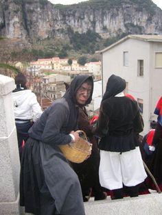 Carnevale di Ulassai: sa Ingrastula, ossia la madre del carnevale,