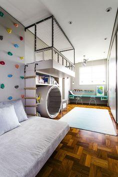 Stupenda cameretta per un ragazzo sportivo ed energico con parete da arrampicata posizionata sopra il letto - spazio ideale per attività sportive e per studiare