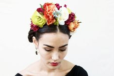 He encontrado este interesante anuncio de Etsy en https://www.etsy.com/es/listing/207142582/frida-kahlo-flower-crown-large-colorful