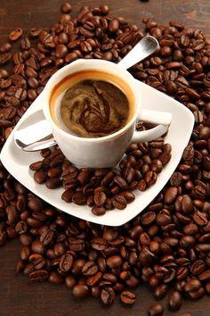 Résultats d'une étude Starbucks/StrategyOne sur la consommation d'espresso. Les Français sont de grands amateurs et continuent de de le consommer en dehors de chez eux. Mini Desserts, Coffee Time, Coffee Cups, Starbucks, Cool Cafe, Coffee Beans, Espresso, Chocolate, Make It Yourself