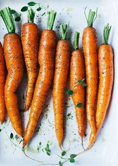 Baked carrots | Linda Lomelino - Oven baked carrots are super easy to make! Heat oven to 200°C (390F) Pick out some tender carrots, drizzle olive oil on top, add salta and pepper and bake for about 20 minnutes.