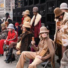 沒有背景音樂沒有華麗場地佈置Marc Jacobs 以復古 Hip Hop 設計為 FW17 紐約時裝週閉幕#marcjacobs #fw1718 #newyorkfashionweek #Newyork #runway #harpersbazaarhk #bazaarhk #vc  via HARPER'S BAZAAR HONG KONG MAGAZINE OFFICIAL INSTAGRAM - Fashion Campaigns  Haute Couture  Advertising  Editorial Photography  Magazine Cover Designs  Supermodels  Runway Models