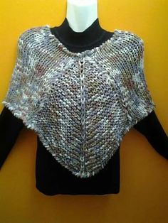 A dos agujas Knitted Poncho, Scarves, Crop Tops, Knitting, Cowls, Handmade, Cape, Dresses, Women