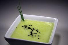 PERENDRESSING - 1 rijpe peer, ½ citroen, 100 ml goeie olijfolie, 2 el bieslook, 1 tl honing, zout, peper - Bereiding: Schil de peer, verwijder het klokhuis en snij in stukken. Knijp de citroen uit boven uw blender AEG SB7300S. Doe de peer en de rest van de ingrediënten in de blender. Pureer in 20 sec. fijn