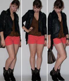 Look do dia: como usar short de cintura alta, blusa de estampa de oncinha, bota de spikes de cano baixo e colete de couro. Bolsa Fendi no blog de moda.
