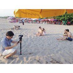 Ini cerita cinta gue! Ps: gue yang lagi main pasir.