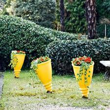 Designový květináč připomínající šroub, který se zavrtá do země. Ideální dekorace Vaší zahrádky. Vyrobený z rotačního polyetylenu. K dispozici v matných, la
