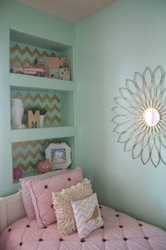 Quarto decorado com rosa, verde e dourado.Adorei as estantes!