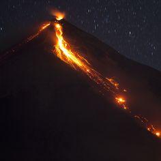 L'eruzione del Volcán de Fuego, in Guatemala. Il livello di pericolo è di colore giallo (medio) e le autorità hanno raccomandato gli abitanti nelle vicinanze di prestare attenzione, sopratutto dopo una forte eruzione avvenuta domenica