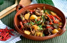 Caldeirada de cabrito: Kjekjøttgryte fra Angola – Verdensmat Okra, Pot Roast, Beef, Ethnic Recipes, Food, Red Peppers, Carne Asada, Meat, Roast Beef