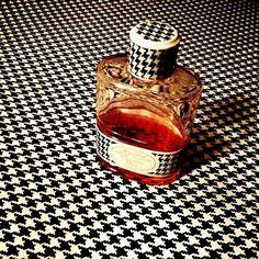 Pied-de-poule power, je redécouvre à quel point j'aime Miss #Dior, la bourgeoise chic du XXème siècle, pas la petite conne du XXIème. #parfum du jour #vintage #sotd
