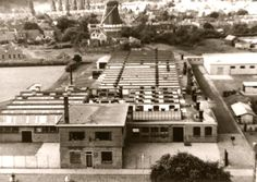 Aan de Veldkampsweg hadden we nog de Leeuwarder Textiel Maatschappij ELTEM. op de achtergrond kijkt u tegen de achterkant van de molen aan de Nieuwstraat aan. Hier werd eerst werkmanskleding gemaakt maar later ook costumes en overjassen voor heren en jongens. Wegens concurrentie uit het buitenland moest het bedrijf in 1978 sluiten.