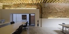 The studio office space of San Jeronimo 17 in Granada, Spain, is an amalgam of old and new, the historical and modernity alike. Boho Chic Interior, Natural Interior, Commercial Interiors, Exposed Brick, Ceiling Design, Office Interiors, Retail Design, Beautiful Interiors, Interior Architecture