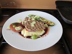 Veau  grillè avec pommes de terre en purèe avec du citron, le poivre et les courgettes,oignon caramèlisès au vin rouge,sauce verte  et  gingembre Gino D'Aquino