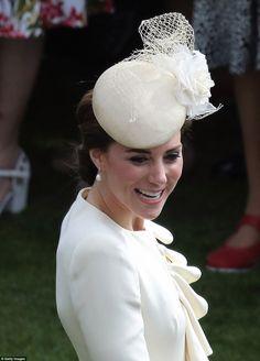 Kate Middleton et le prince William se joignaient à la reine Elizabeth II et au duc d'Edimbourg ainsi qu'à toute la famille royale lors d'une garden party organisée dans les jardins de Buckingham Palace le 24 mai 2016. Robe : Alexander McQueen