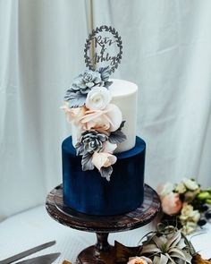 Perhaps our favourite cake so far this year! Today's couple, Ashley & Ritz, wanted a bake that was inspired by the waterfalls in the Big Sur. Head to the blog to see their full (totally gorgeous!) wedding. Photo by @chazcruz // Cake by @heytherecupcake_ // Styling by @urbanshindigs // Flowers by @luxebotanique #wedding #inspiration #cake #uniqueideas #somethingblue #weddingcake #tooprettytoeat #realwedding #bmloves #bridalmusings