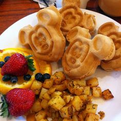 A list of eats at various Disney Resorts from Vegan Disney WorldA list of eats at various Disney Resorts from Vegan Disney World Disney Desserts, Disney Snacks, Disney Food, Disney Recipes, Comida Disney World, Disney World Essen, Vegan Disney World, Comida Disneyland, Cute Food