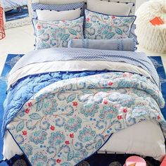 Memories or Star Dust quilt from Fons & Porter's book, Fat Quarter Friendly. Seen one Episode 1709 Shabby Chic Bedrooms, Cool Beds, Luxury Bedding Collections, Affordable Bedding, Bed, Luxury Bedding, Cute Bedding, Bed Linens Luxury, Grey Linen Bedding