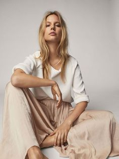 Women's skirts for Spring Summer 2019 at Massimo Dutti, must-haves this season. Checked, wrap, pleated, corduroy or leather skirts for a contemporary style. Moda Minimal, Minimal Look, Beige Outfit, Girl Photography, Fashion Photography, Modeling Photography, Lifestyle Photography, Editorial Photography, Hippie Stil