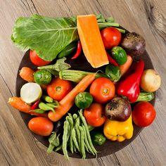 Legumes e verduras na cesta de palha, cenoura, tomate, vagem, abóbora, cebola, pimentão, batata, couve, alface entre outros. Henrique Peron Fotografia