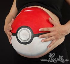 Belly painting with a pokeball by Lonnies Ansigtsmaling. Mavemaling mavekunst bellypainting
