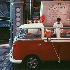 Food Rings Ideas & Inspirations 2017 – DISCOVER A bar in a Kombi, how devine! We just fitted out a caravan, I wonder what we could do with a Kombi! Food Trucks, Kombi Food Truck, Volkswagen Transporter, Vw T1, Coffee Carts, Coffee Truck, Coffee Shop, Food Truck Festival, Mini Camper