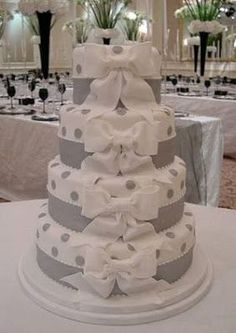 Wedding+Cake+round+white+-+Red+Roses+and+Pearls