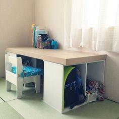 どの家庭にもあるインテリアの一つ、机。既製品はたくさん売られていますが、安く手に入ればうれしいですよね。そんなとき大活躍なのがカラーボックス!なんと、カラーボックスを土台にして板を上に乗せれば、簡単に机がDIYできるんです♪お店で机を買う前に、ちょっと立ち止まっていろいろなアイデアを見てみませんか?