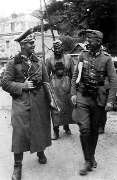 Rommel chatting with soldiers, North Africa, date unknown