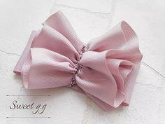 フリルたっぷりリボンの作り方 Ribbon Art, Ribbon Crafts, Ribbon Bows, Ribbons, Easy Hair Bows, Hair Bows For Sale, Fabric Bow Tutorial, Hair Bow Tutorial, How To Make Ribbon