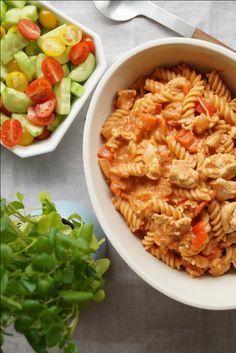 Pastaret med kalkun og tomatsauce - et hit hos børnene. Nem hverdagsret med pasta, kalkun og cremet tomatsauce som ikke tager mere end en halv time at lave.