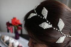 Vigne de cheveux de mariée à la main avec des perles blanches. La vigne est flexible qui lui permet d'être porté dans un certain nombre de styles de cheveux ou cheveux tresses/nattes ou même autour d'un chignon, les possibilités sont infinies. N'hésitez pas à me contacter si vous