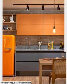 A cozinha cheia de personalidade e estilo aposta no laranja como cor de destaque. A iluminação em trilho junto c o pendente e o tijolinho deram um toque industrial. Destaque para a geladeira retrô. Ad Pinterest/ arqdecoracao @arquiteturadecoracao @acstudio.arquitetura #arquiteturadecoracao #olioliteam #instagrambrasil #decor #arquitetura #cozinha #adcozinha #laranja