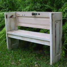 Banco realizado con puertas de muebles Bech made with upcycled little doors