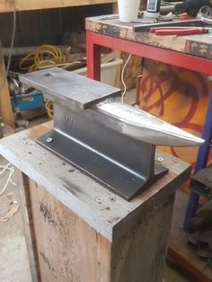 with hardy hole. with hardy hole. with hardy hole. with hardy hole. Metal Working Machines, Metal Working Tools, Blacksmith Tools, Blacksmith Projects, Metal Projects, Welding Projects, Home Made Knives, Diy Forge, Antique Woodworking Tools
