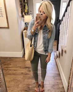 casual fall outfits If youve been going back and forth on this jean jacket. heres a comfy casual look with it and my bag I posted about earlier! Two staple Skinny Jeans Damen, Green Skinny Jeans, Comfy Casual, Casual Fall, Casual Looks, Casual Weekend, Weekend Outfit, Look Fashion, Fashion Outfits