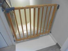 Miles de im genes sobre puerta de beb en pinterest - Barrera escalera ninos ...