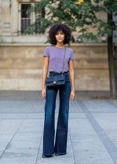 10 Super Chic Ways to Wear Flare Jeans 10 Style Tips On How To Wear Flare Jeans, With Awesome Outfit Ideas: Daytime Outfit – Flare Jeans With a Striped Tee Shirt Flare Jeans Outfit, Jeans Outfit Summer, Summer Outfits, Flare Pants, Trouser Jeans Outfit, Denim Outfit, Denim Pants, Cropped Jeans, Girl Outfits