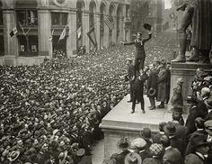 (Charlie Chaplin) 1918年 ウォールストリートで永遠に続く群衆に迎えられる