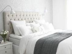 1-la-meilleure-chambre-a-coucher-avec-tete-de-lit-captionnée-en-cuir-beige-et-lampe-de-chevet