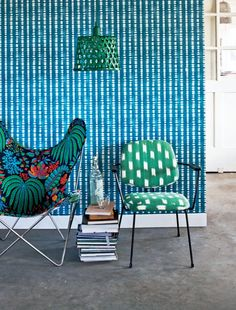 Chairs + Blue graphic wallpaper | VTwonen styling and DIY