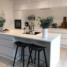 Perfect layout for new kitchen (assuming fridge off-camera to the right and double sink instead). Note vent hood in upper cabinet above cooktop. Interior Design Videos, Home Interior, Kitchen Interior, Ikea Kitchen, Kitchen Flooring, Kitchen Decor, Open Plan Kitchen Living Room, Scandinavian Kitchen, Küchen Design