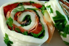 Sfoglia di mozzarella farcita con prosciutto e rucola, girelle di mozzarella, sfoglia di mozzarella ripiena, rucola, pomodori, idea antipasto, buffet, ricetta veloce