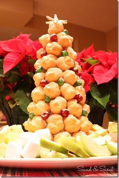 Cream puff tree for serving with fondue! Our tradition is having fondue on Christmas Eve so this is perfect! Christmas Food Treats, Christmas Brunch, Christmas Desserts, Christmas Baking, Christmas Cookies, Christmas Eve, Christmas Dinners, Thanksgiving Treats, Christmas Coffee