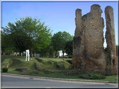 A Sainte  Alvère en Dordogne, le touriste curieux peut voir une magnifique ruine médiévale. Ce parc herbeux possède les vestiges du château fort de Lostanges.