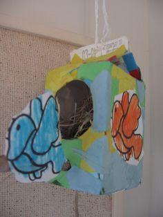 Vogelhuisje: Beplak een verpakking van schuddebuikjes. maak een één zijde een gat. Doe hooi in het vogelhuisjes. Print een kleurpaat met vogeltjes uit, laat deze kleuren en knip uit. Plak de vogeltjes op de doos. Koordje bovenaan en klaar is het vogelhuisje!